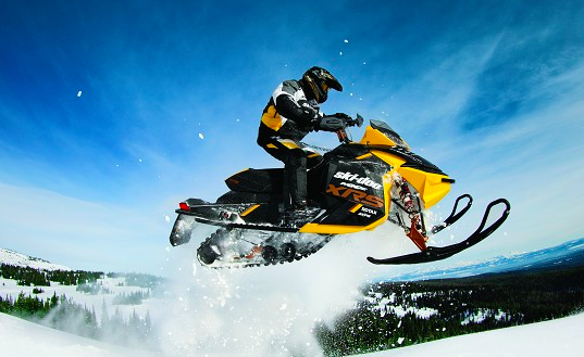 Езда на снегоходе в шлеме