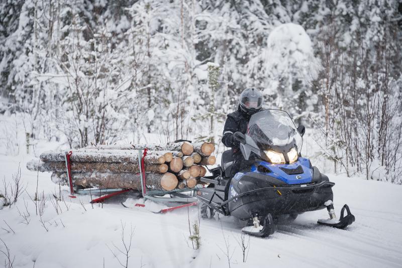 Как управлять снегоходом