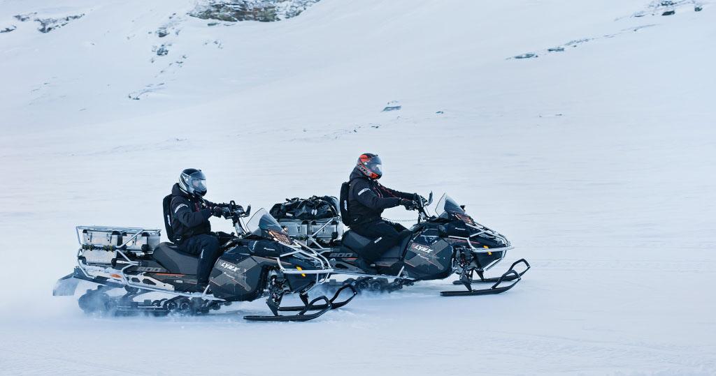 Езда на снегоходе по снегу